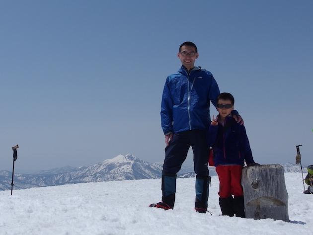 残雪の会津駒ヶ岳でソリ&エアボード滑り〜子供と日帰り雪山登山