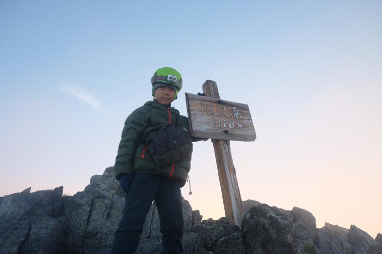 涸沢岳に登頂する小学三年生