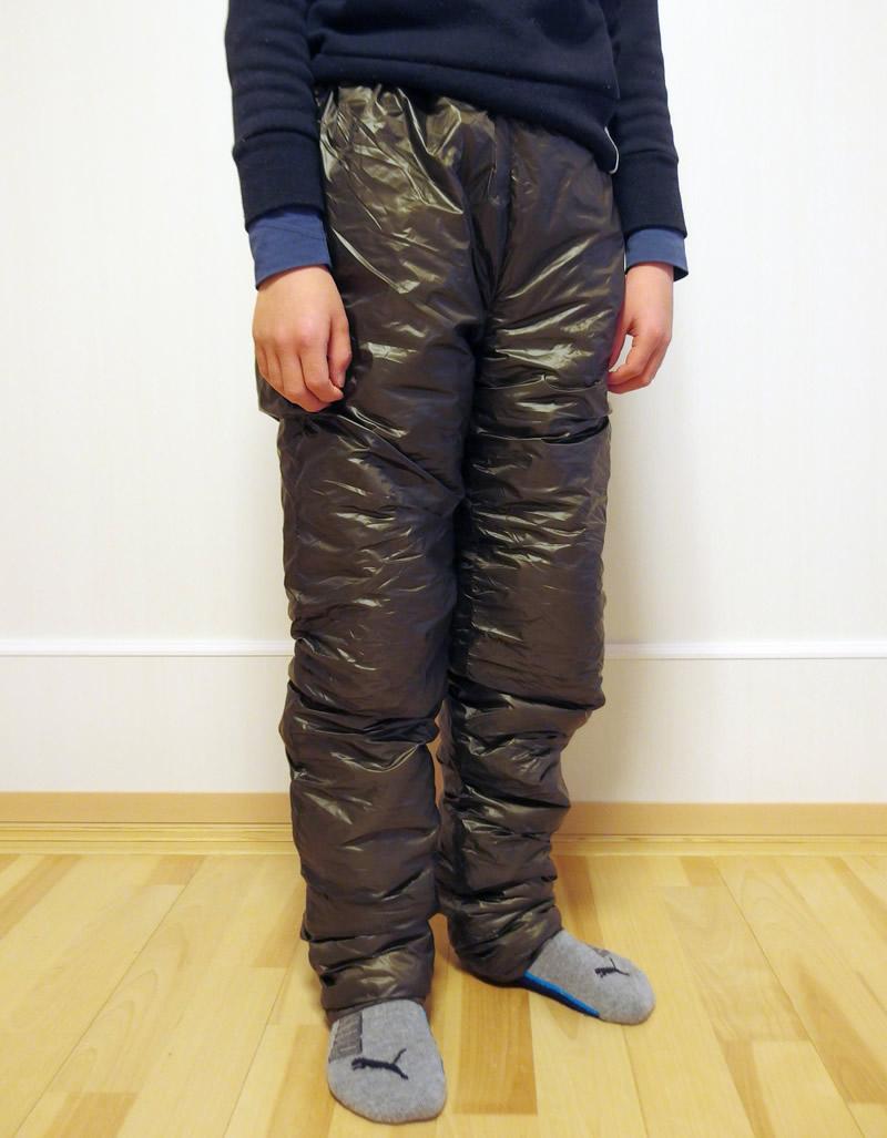 子供サイズの保温用インサレーションパンツのサイズ160を身長130強の小学3年生が着用