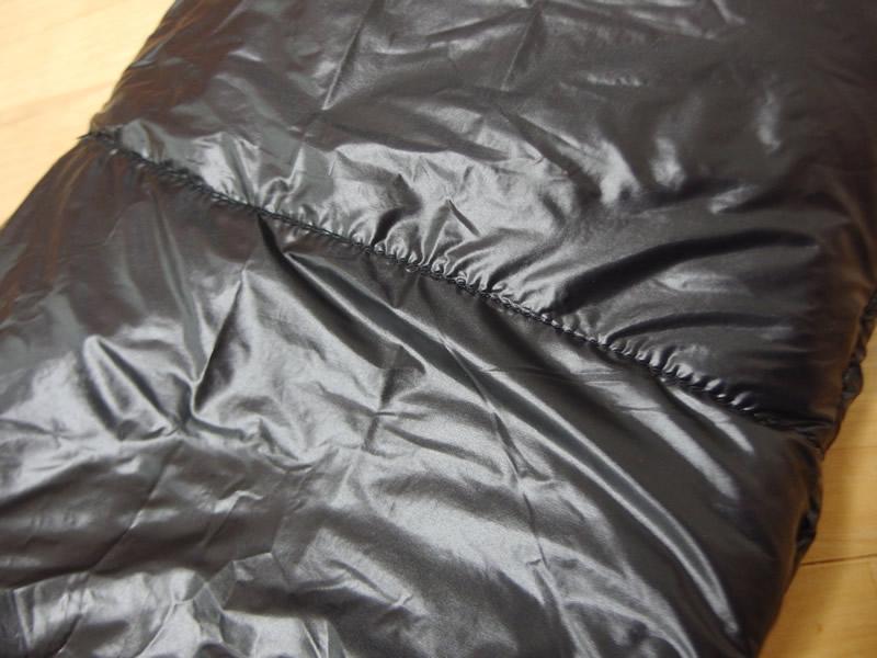 子供サイズの保温用インサレーションパンツは裏地に生地ズレの縫い目あり