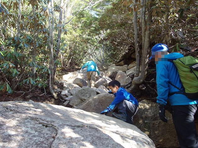 岩場に苦労する5歳児