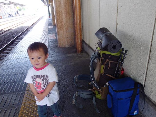 ホームで電車待ち~電車で父子キャンプ
