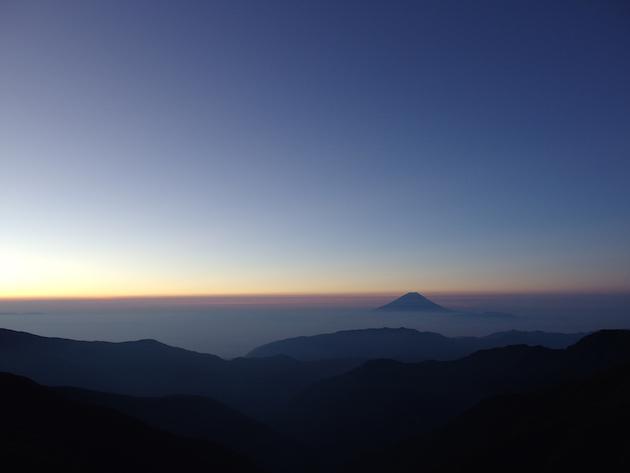 北岳山荘の朝。浮かぶ富士山が幻想的