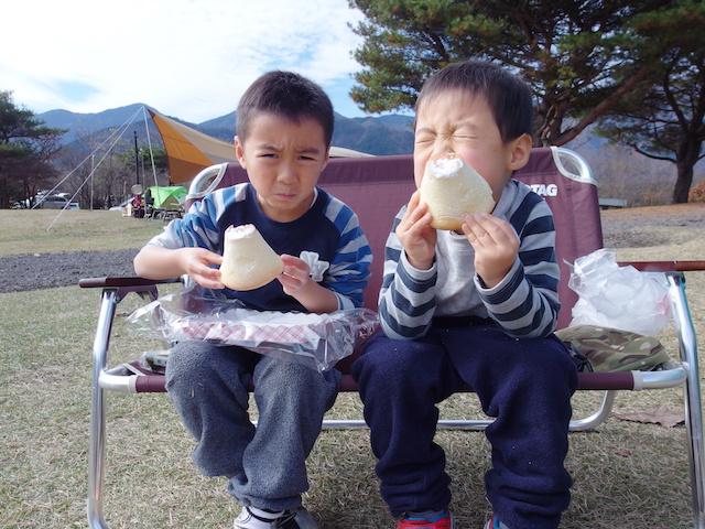 富士山パンを食べるソウゲン