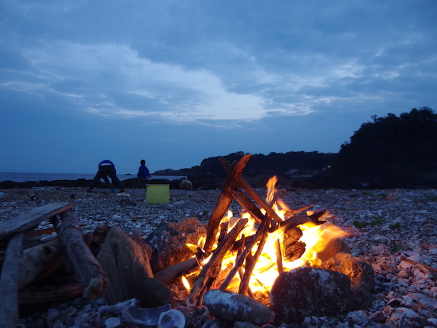 日暮れ間近の浜辺で焚き火に癒される