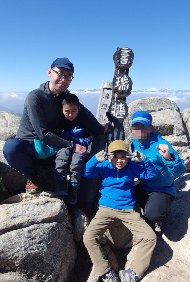 瑞牆山山頂にて一緒に登った仲間と