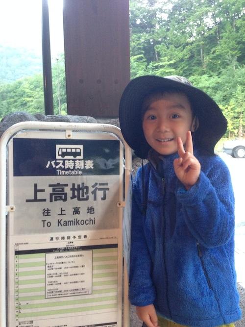 上高地行きバスを待つ