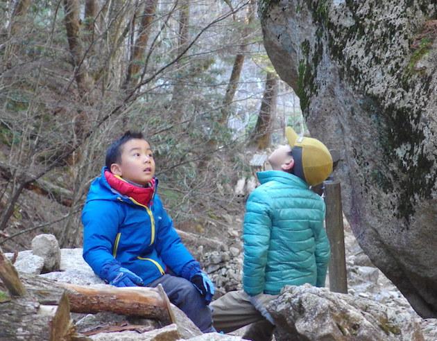 桃太郎岩で休憩する子供達