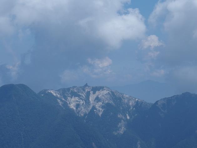 八本歯のコルから見た鳳凰三山の地蔵岳オベリスク