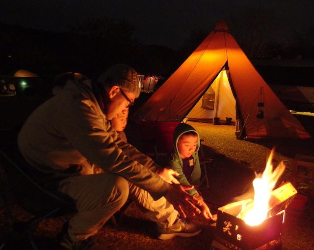 子供達と焚き火を囲む